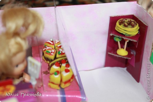 И снова здравствуйте, дорогие мастерицы!!! У наших кукол появился магазин, где они могут попробовать, а также купить разные тортики, рулеты, прожженные, конфеты, в общем сладости!Сделался магазин за 1,5 часа из подручных материалов! основа коробка от мебелюшки кукольной! Фасад и окно от конструктора! фото 5