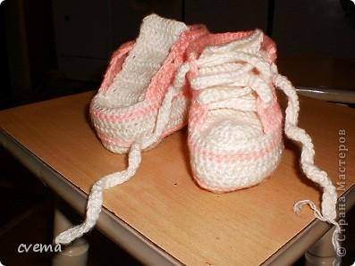 Решила связать доне кедики, живем в частном доме, зимой бегать по дому.Пряжа какая лежала в закромах,без этикетки. Не понравились шнурки, буду еще переделывать.  Может кто подскажет как сделать  красивые шнурочки. фото 1