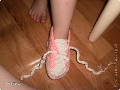 Решила связать доне кедики, живем в частном доме, зимой бегать по дому.Пряжа какая лежала в закромах,без этикетки. Не понравились шнурки, буду еще переделывать.  Может кто подскажет как сделать  красивые шнурочки. фото 2