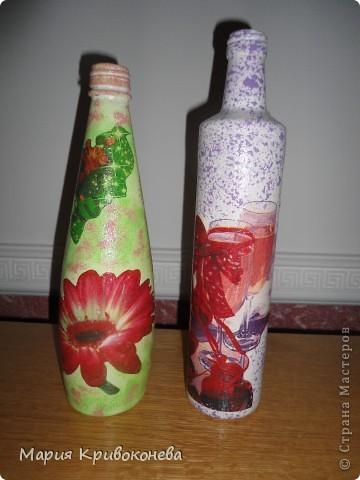 Это мой первый опыт декорирования бутылочек. Та что слева - декупаж, просто краска, салфетка и лак. А вот с той бутылочкой что справа определиться сложнее. Сначала я думала это квиллинг. И уже сейчас, просматривая работы мастеров я наткнулась на мастер-класс Тани Сороковой http://stranamasterov.ru/node/308701?tid=451%2C329 и теперь мне кажется, что это пейп-арт. Может кто-то знает наверняка? фото 6