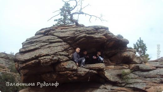 В тот день, когда мы приехали, лил дождь и было довольно холодно, но мальчишки все же нашли себе занятие. Разыскали себе сухую пещерку и радовались жизни фото 1