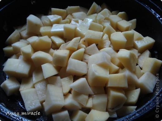 """В болгарской кухне много блюд, которые готовят в горшочках и в них же подают их к столу.   Традиция готовить пищу в горшочках, возможно, и не исконно болгарская, но в Болгарии хорошо прижившаяся. Само слово """"гювеч"""" означает, во-первых, сам глиняный горшочек, а во-вторых – приготовленные в нем блюда.   Вариантов приготовления гювеча – множество. В любом случае это мясо, тушеное с овощами и картофелем. (с)   Вот один из вариантов фото 10"""