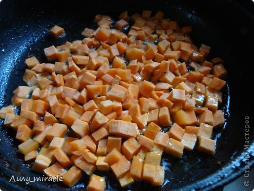 """В болгарской кухне много блюд, которые готовят в горшочках и в них же подают их к столу.   Традиция готовить пищу в горшочках, возможно, и не исконно болгарская, но в Болгарии хорошо прижившаяся. Само слово """"гювеч"""" означает, во-первых, сам глиняный горшочек, а во-вторых – приготовленные в нем блюда.   Вариантов приготовления гювеча – множество. В любом случае это мясо, тушеное с овощами и картофелем. (с)   Вот один из вариантов фото 12"""