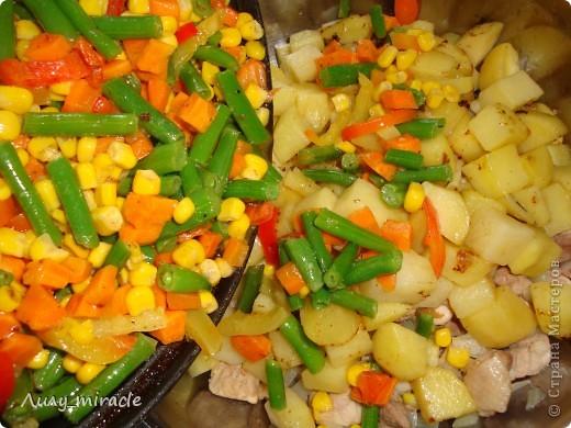 """В болгарской кухне много блюд, которые готовят в горшочках и в них же подают их к столу.   Традиция готовить пищу в горшочках, возможно, и не исконно болгарская, но в Болгарии хорошо прижившаяся. Само слово """"гювеч"""" означает, во-первых, сам глиняный горшочек, а во-вторых – приготовленные в нем блюда.   Вариантов приготовления гювеча – множество. В любом случае это мясо, тушеное с овощами и картофелем. (с)   Вот один из вариантов фото 15"""