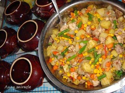 """В болгарской кухне много блюд, которые готовят в горшочках и в них же подают их к столу.   Традиция готовить пищу в горшочках, возможно, и не исконно болгарская, но в Болгарии хорошо прижившаяся. Само слово """"гювеч"""" означает, во-первых, сам глиняный горшочек, а во-вторых – приготовленные в нем блюда.   Вариантов приготовления гювеча – множество. В любом случае это мясо, тушеное с овощами и картофелем. (с)   Вот один из вариантов фото 17"""