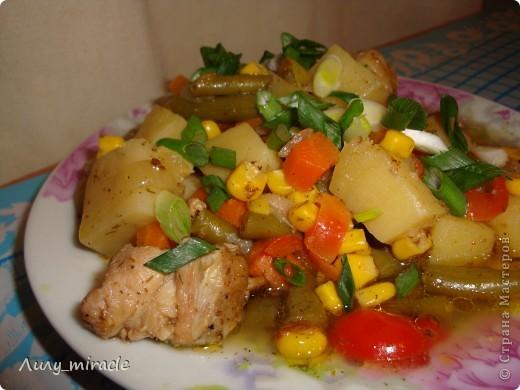 """В болгарской кухне много блюд, которые готовят в горшочках и в них же подают их к столу.   Традиция готовить пищу в горшочках, возможно, и не исконно болгарская, но в Болгарии хорошо прижившаяся. Само слово """"гювеч"""" означает, во-первых, сам глиняный горшочек, а во-вторых – приготовленные в нем блюда.   Вариантов приготовления гювеча – множество. В любом случае это мясо, тушеное с овощами и картофелем. (с)   Вот один из вариантов фото 21"""
