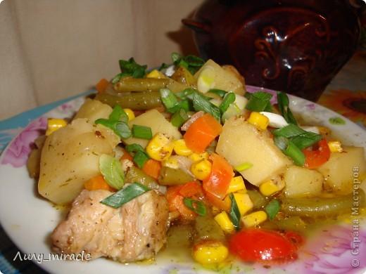 """В болгарской кухне много блюд, которые готовят в горшочках и в них же подают их к столу.   Традиция готовить пищу в горшочках, возможно, и не исконно болгарская, но в Болгарии хорошо прижившаяся. Само слово """"гювеч"""" означает, во-первых, сам глиняный горшочек, а во-вторых – приготовленные в нем блюда.   Вариантов приготовления гювеча – множество. В любом случае это мясо, тушеное с овощами и картофелем. (с)   Вот один из вариантов фото 1"""
