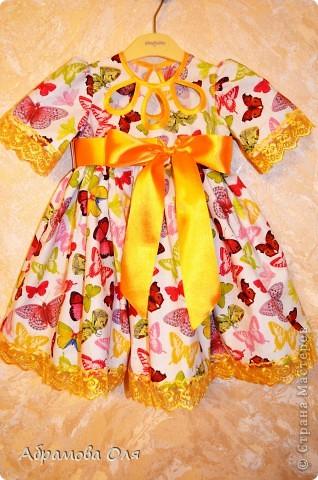 Девочки, платье сфотографировала на вешалке, т.к. моей маленькой модельке всего четыре месяца. Муж подарил мне классную машинку и я не стала ждать взросления Ксюши, а решила шить на вырост. И еще очень хотелось вспомнить забытые навыки (не шила много лет). Так что, девочки, не судите строго......... фото 1