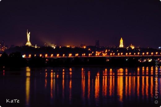 Сердечная  привязанность свойственна всем людям, любовь к родному городу живет в душе каждого из нас.  У  всех есть «свой» Город со своим особым обликом, со своей, пусть самой скромной и непритязательной красотой.    Я бывала в разных городах -  в больших и маленьких, в красивых и милых, в манящих бурной жизнью и в тех, что дарят душе тишину и спокойствие. Но милей всего Он… такой родной, самый лучший «мой» Киев. Дневной -  с множеством тихих красивых улочек и с шумными,  суетливыми,  переполненными автомобилями и людьми бульварами. И  вечерний  – заполняющийся  звуками ночи и залитый  прозрачным светом фонарей.  фото 12