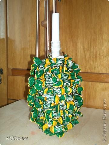 Вот такой ананас я сделала в подарок подружке на День рождения.  На задний план прошу не обращать внимание, летом много времени проводим на даче, а там строительство идет полным ходом. Так что, фото делается где получится :) фото 2