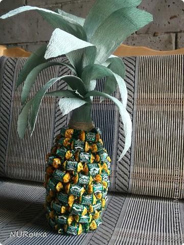 Вот такой ананас я сделала в подарок подружке на День рождения.  На задний план прошу не обращать внимание, летом много времени проводим на даче, а там строительство идет полным ходом. Так что, фото делается где получится :) фото 1
