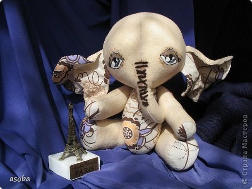 Пошился у меня слонёнок по имени Теодор. Сидит, скучает по Парижу... и ждет подружку... фото 1