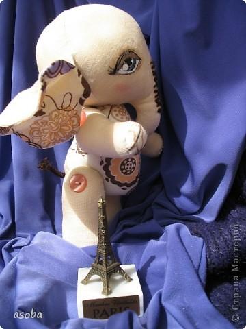Пошился у меня слонёнок по имени Теодор. Сидит, скучает по Парижу... и ждет подружку... фото 2
