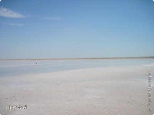 Здравствуйте дорогие жители Страны Мастеров.Недавно я ездила на соленое озеро Эльтон.Вот и озеро Эльтон.Озеро Эльтон – один из самых интересных природных объектов на территории Волгоградской области. Это настоящее чудо природы, жемчужина приволжской степи - крупнейшее в Европе соленое озеро, раскинувшееся среди ровной степной местности на площади 152 кв. км. Среди опустыненной заволжской степи - огромная чаша озера Эльтон с водой золотисто-розового оттенка окаймлена широкой полосой сверкающих на солнце белоснежных кристаллов соли. Трудно найти место, которое могло бы сравниться с Эльтоном по красоте и разнообразию ландшафтов: озерные мелководья, пляжи, солончаки, живописные дельты впадающих рек, балки, овраги, долины. Название озера Эльтон произошло от казахского «Алтын-Нур», что означает «Золотое озеро» из-за пурпурово-красного цвета его воды (рапы), отливающего в золотой, что случается временно, обыкновенно после полудня, когда солнце склоняется к западу. фото 1