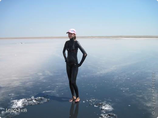 Здравствуйте дорогие жители Страны Мастеров.Недавно я ездила на соленое озеро Эльтон.Вот и озеро Эльтон.Озеро Эльтон – один из самых интересных природных объектов на территории Волгоградской области. Это настоящее чудо природы, жемчужина приволжской степи - крупнейшее в Европе соленое озеро, раскинувшееся среди ровной степной местности на площади 152 кв. км. Среди опустыненной заволжской степи - огромная чаша озера Эльтон с водой золотисто-розового оттенка окаймлена широкой полосой сверкающих на солнце белоснежных кристаллов соли. Трудно найти место, которое могло бы сравниться с Эльтоном по красоте и разнообразию ландшафтов: озерные мелководья, пляжи, солончаки, живописные дельты впадающих рек, балки, овраги, долины. Название озера Эльтон произошло от казахского «Алтын-Нур», что означает «Золотое озеро» из-за пурпурово-красного цвета его воды (рапы), отливающего в золотой, что случается временно, обыкновенно после полудня, когда солнце склоняется к западу. фото 7
