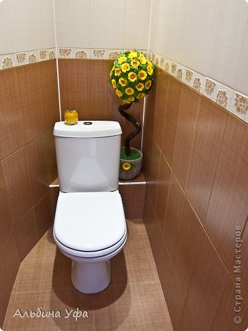 """Приветствую всех жителей СМ!!!! У нас наконец-то закончился ремонт в туалете и в ванной.Руки чесались как нибудь приукрасить их.А тем более в туалете образовалось маленькое пространство.Сделала вот такое деревце неопределенного вида и сорта.Высота всей конструкции 85 см.Крона деревца сделана в технике папье маше (надутый воздушный шарик обклеен бумагой). На него посажены при помощи клея """"Титан""""  покупные цветочки и листва. фото 5"""