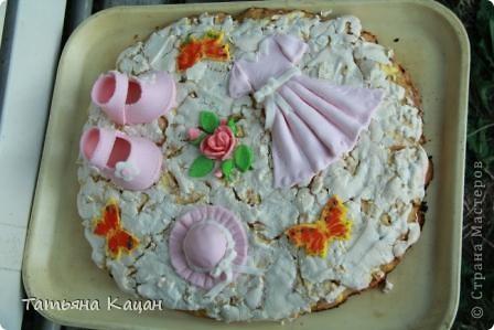 """Салат """"Ананас"""" Рецепт 1-й слой: картофель (отварной в мундире, потереть на терку) 2-й слой: лук (мелко нарезанный) 3-й слой: половина куриного мяса (отварить, мелко нарезать) 4-й слой: маринованные огурцы (нарезать кубиками) 5-й слой: оставшееся куриное мясо 6-й слой: сыр (натереть) 7-й слой: яйца (отварить, натереть) Выкладывать на овальное блюдо. Слои немного посолить, поперчить и смазать майонезом. Верхний слой салата хорошо смазать майонезом и украсить половинками грецких орехов и перьями зеленого лука.  * Вместо половинок грецких орехов поверхность салата можно густо посыпать рублеными грецкими орехами. Грецкие орехи можно заменить ломтиками консервированных шампиньонов, украсив ими поверхность салата в виде чешуек ананаса, выкладывая ломтики грибов немного внахлест или солеными (маринованными) огурчиками.  фото 20"""