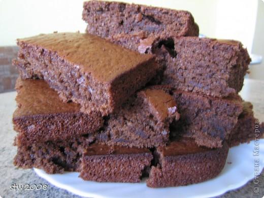 Это заварной шоколадный пирог по-моему здесь на сайте такой есть. мои его обожают. Стряпаю огромный противень, да он ещё и поднимается в 2 раза, так всё равно весь в два счёта разлетается.