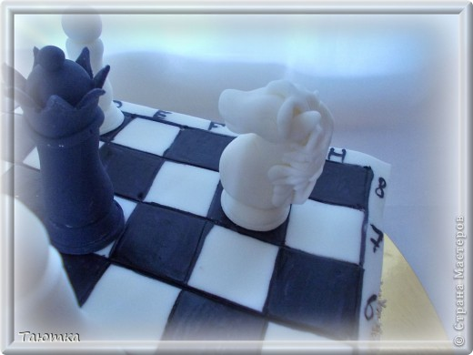 Вот такой торт у меня заказали для любителя игры в шахматы)  Фигурки сделала быстро, а вот доска подкачала((( Но клиенты были в таком восторге от фигурок, что моих огрехов не заметили) Все счастливы! фото 3