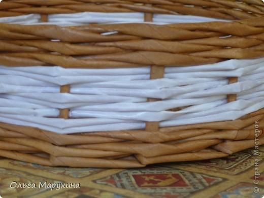 """Здравствуйте, дорогие!!! Это мои первые плетёночки из крашенных трубочек! Надо сказать сплошные эксперименты:))) Подносик (для хлеба) плела в подарок, очень волновалась и тряслась над ним, но результат превзошёл все мои ожидания! Подносик плела из газетных белых трубочек покрашенных неразведёнными водными морилками """"Мокко"""" и """"Клён"""", бусины покупные, дно фанера+декупаж салфеткой. Сверху покрыла """"Аквалаком"""" полуматовым в два слоя. фото 14"""