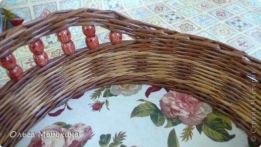 """Здравствуйте, дорогие!!! Это мои первые плетёночки из крашенных трубочек! Надо сказать сплошные эксперименты:))) Подносик (для хлеба) плела в подарок, очень волновалась и тряслась над ним, но результат превзошёл все мои ожидания! Подносик плела из газетных белых трубочек покрашенных неразведёнными водными морилками """"Мокко"""" и """"Клён"""", бусины покупные, дно фанера+декупаж салфеткой. Сверху покрыла """"Аквалаком"""" полуматовым в два слоя. фото 4"""
