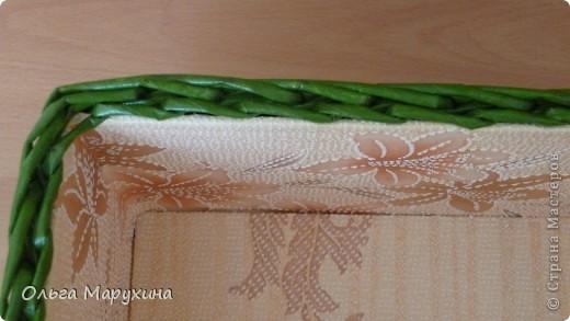 """Здравствуйте, дорогие!!! Это мои первые плетёночки из крашенных трубочек! Надо сказать сплошные эксперименты:))) Подносик (для хлеба) плела в подарок, очень волновалась и тряслась над ним, но результат превзошёл все мои ожидания! Подносик плела из газетных белых трубочек покрашенных неразведёнными водными морилками """"Мокко"""" и """"Клён"""", бусины покупные, дно фанера+декупаж салфеткой. Сверху покрыла """"Аквалаком"""" полуматовым в два слоя. фото 9"""