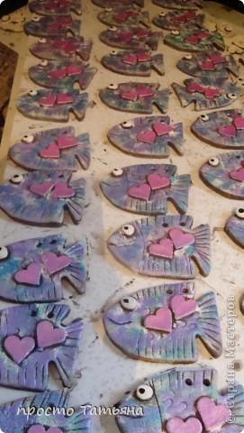 У моих  дальних знакомых в августе свадьба( морская стилистика) заказали для гостей небольшие подарки (сладкие бонбоньерки делают отдельно), вот на недели наделала таких 110 рыбок. Завтра начну бокалы и шампанское делать!!! фото 1