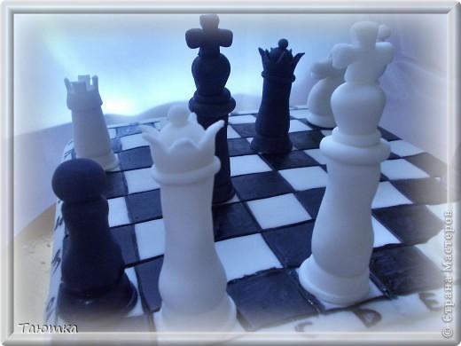 Вот такой торт у меня заказали для любителя игры в шахматы)  Фигурки сделала быстро, а вот доска подкачала((( Но клиенты были в таком восторге от фигурок, что моих огрехов не заметили) Все счастливы! фото 2