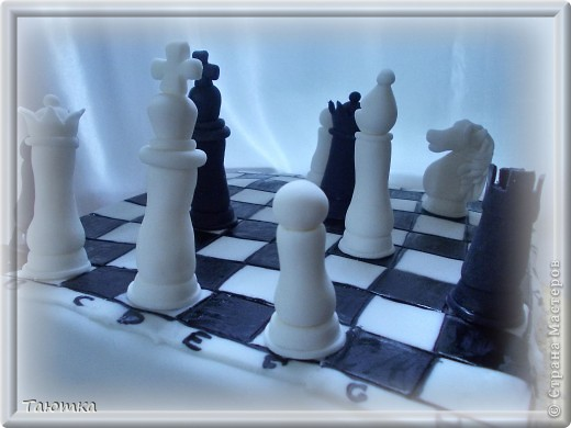Вот такой торт у меня заказали для любителя игры в шахматы)  Фигурки сделала быстро, а вот доска подкачала((( Но клиенты были в таком восторге от фигурок, что моих огрехов не заметили) Все счастливы! фото 5