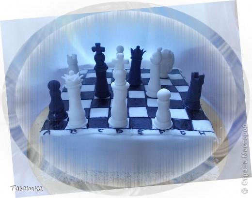 Вот такой торт у меня заказали для любителя игры в шахматы)  Фигурки сделала быстро, а вот доска подкачала((( Но клиенты были в таком восторге от фигурок, что моих огрехов не заметили) Все счастливы! фото 1