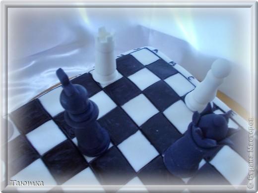 Вот такой торт у меня заказали для любителя игры в шахматы)  Фигурки сделала быстро, а вот доска подкачала((( Но клиенты были в таком восторге от фигурок, что моих огрехов не заметили) Все счастливы! фото 6