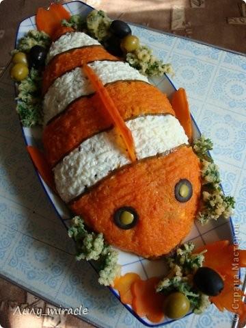 Вы тоже любите мультик про рыбку Немо, как люблю его я?)) Предлагаю вот такой вариант оформления салатика! Салат подойдет как для детских праздников, так и приятно удивит взрослых)  Нам понадобится: Морская капуста200 г  Мясо криля250 г  тунец в собственном соку250 г  Яйца5 шт  4 в салат, 1 для кляра Крабовые палочки6 шт  морковь отварная3 шт  (средняя) майонез120 г  петрушка1 пуч.  лучше кучерявая молоко1 ст. л. фото 2