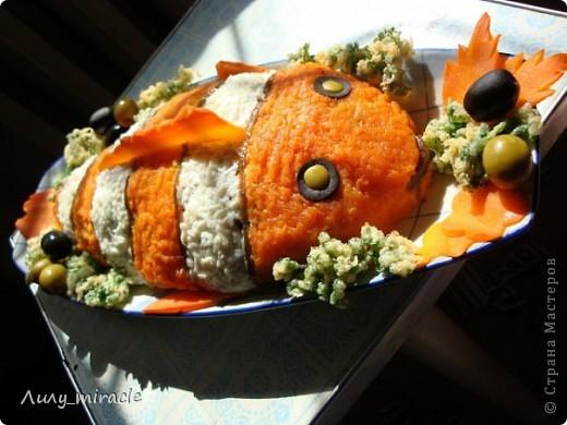 Вы тоже любите мультик про рыбку Немо, как люблю его я?)) Предлагаю вот такой вариант оформления салатика! Салат подойдет как для детских праздников, так и приятно удивит взрослых)  Нам понадобится: Морская капуста200 г  Мясо криля250 г  тунец в собственном соку250 г  Яйца5 шт  4 в салат, 1 для кляра Крабовые палочки6 шт  морковь отварная3 шт  (средняя) майонез120 г  петрушка1 пуч.  лучше кучерявая молоко1 ст. л. фото 1