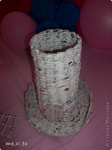 """Вот! Сплелось, очень понравился процесс. Материалом для плетения послужил журнал-прайс-каталог """"Мир инструмента"""". Сейчас изучаю материал по окрашиванию готовых изделий. Изделие покрыто ПВА+вода 1:1. фото 3"""