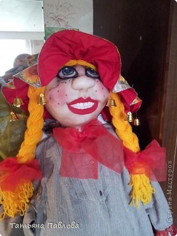 Вот получилась такая улыбающаяся во весь рот дама..зовут Фрося..ростом больше 1,50...)) Пока ещё дома стоит..т.к. на улице ливень второй день..и как то жалко ставить её...хотя шляпка у неё..с клеёнки.с полями большими..думаю не промокнет..))) фото 1