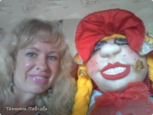 Вот получилась такая улыбающаяся во весь рот дама..зовут Фрося..ростом больше 1,50...)) Пока ещё дома стоит..т.к. на улице ливень второй день..и как то жалко ставить её...хотя шляпка у неё..с клеёнки.с полями большими..думаю не промокнет..))) фото 3