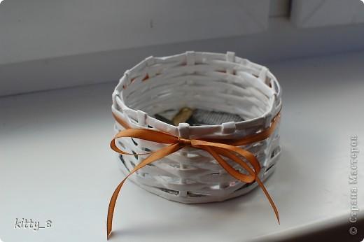 Плетением корзиночек я ну -очень увлеклась) Вот очередная корзинка. Это первая вещь , сделанная для конкретного человека (моей мамочки). Может использоваться для маленьких пакетиков со специями на кухне. фото 3