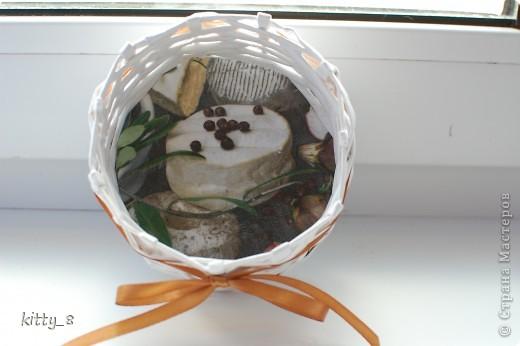Плетением корзиночек я ну -очень увлеклась) Вот очередная корзинка. Это первая вещь , сделанная для конкретного человека (моей мамочки). Может использоваться для маленьких пакетиков со специями на кухне. фото 2