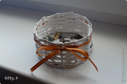 Плетением корзиночек я ну -очень увлеклась) Вот очередная корзинка. Это первая вещь , сделанная для конкретного человека (моей мамочки). Может использоваться для маленьких пакетиков со специями на кухне. фото 1