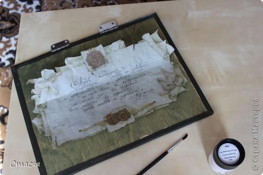 Саму шкатулку делал муж из фанеры и оконного штапика (рейка). Оформлением занималась сама. Шкатулка была покрашена пропиткой для дерева. Для декора внутренних стенок использовала ткать – велюр. Для украшения внешних сторон и крышки использовалась бумага для декупажа. Грани обклеены косой бейкой из «кожи». В итоге вся шкатулка покрывалась лаком. фото 5