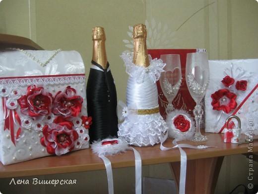 Вот такой набор.Бутылки, бокалы, свидетельство, книга пожеланий, короб,замочек, браслеты подружкам невесты. фото 14