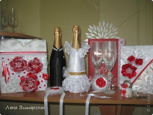 Вот такой набор.Бутылки, бокалы, свидетельство, книга пожеланий, короб,замочек, браслеты подружкам невесты. фото 1