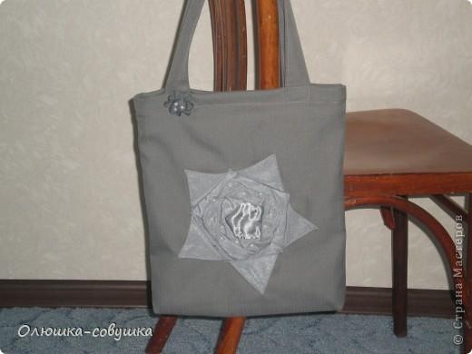 Сшила к ДР мамочки такую сумку. Лицевую сторону украсила цветком в лоскутной технике. Внутри подклад с двумя кармашками. фото 1