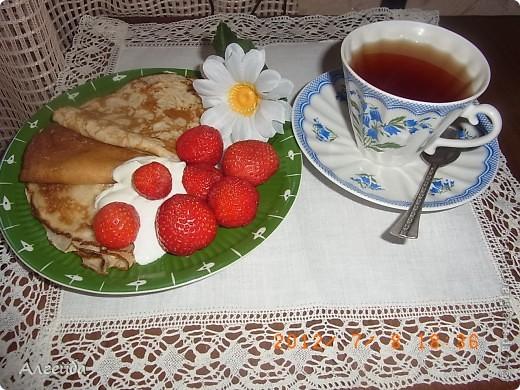 Открытый пирог с клубникой Необходимые ингредиенты Тесто:  2 яйца  - 150-200 гр сахара  - 200 гр. маргарина  - 2,5-3 стакана муки  - 1 ч.л. соды с уксусом  - 1/3 ч.л. соли Начинка:  - черная смородина или клубника - 2 стакана Заливка:  - 2 яйца  - 100 гр. сахара  - 200 гр. сметаны  - 3 стол. ложки картофельного крахмала  - 1 ч.л. ванильного сахара  Способ приготовления Тесто.  1. насыпать муку в миску, добавить соль  2. натереть на терке замороженный маргарин  3. смешать муку с маргарином  4. отдельно взбить яйца с сахаром  5. вылить смесь в муку с маргарином  6. добавить соду с уксусом  7. вымесить тесто до однородного состояния  8. выложить тесто в форму, распределить по форме и сделать бортики из теста  9. наколоть тесто вилкой (чтобы при выпекании не поднималось) Поставить в разогретую духовку на 15-20 минут Заливка.  1. взбить миксером яйца с сахаром  2. добавить сметану, ванильный сахар и крахмал  3. хорошо размешать, чтобы не оставалось комочков крахмала   Вынуть форму с тестом из духовки, выложить ягоды Залить заливкой... Выпекать около 40 мин.  Оставить пирог в форме до полного остывания фото 4