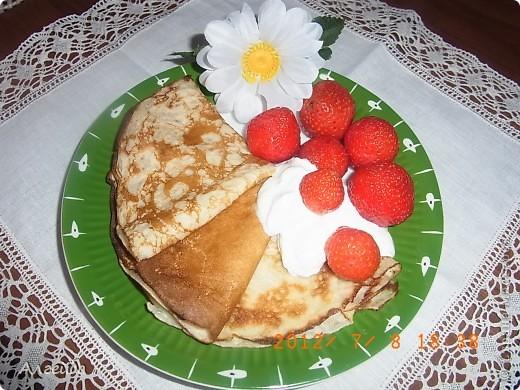 Открытый пирог с клубникой Необходимые ингредиенты Тесто:  2 яйца  - 150-200 гр сахара  - 200 гр. маргарина  - 2,5-3 стакана муки  - 1 ч.л. соды с уксусом  - 1/3 ч.л. соли Начинка:  - черная смородина или клубника - 2 стакана Заливка:  - 2 яйца  - 100 гр. сахара  - 200 гр. сметаны  - 3 стол. ложки картофельного крахмала  - 1 ч.л. ванильного сахара  Способ приготовления Тесто.  1. насыпать муку в миску, добавить соль  2. натереть на терке замороженный маргарин  3. смешать муку с маргарином  4. отдельно взбить яйца с сахаром  5. вылить смесь в муку с маргарином  6. добавить соду с уксусом  7. вымесить тесто до однородного состояния  8. выложить тесто в форму, распределить по форме и сделать бортики из теста  9. наколоть тесто вилкой (чтобы при выпекании не поднималось) Поставить в разогретую духовку на 15-20 минут Заливка.  1. взбить миксером яйца с сахаром  2. добавить сметану, ванильный сахар и крахмал  3. хорошо размешать, чтобы не оставалось комочков крахмала   Вынуть форму с тестом из духовки, выложить ягоды Залить заливкой... Выпекать около 40 мин.  Оставить пирог в форме до полного остывания фото 3