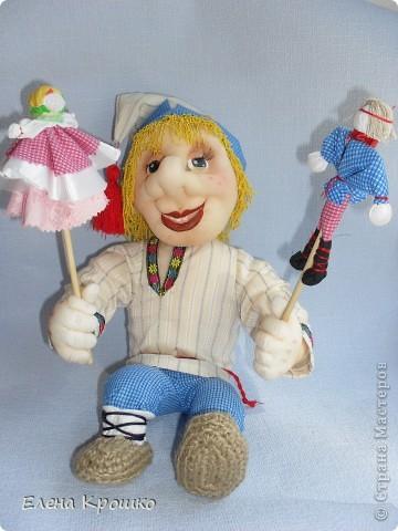 Чтобы больше был похож на Петрушку в руки игровых куколок дала.