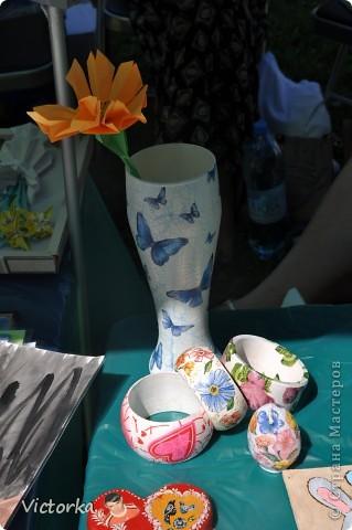 Ваза с бабочками:) Пивной бокал куплен на распродаже, сделан декупаж с кракелюром. Деревянные браслеты, декупаж. И декупаж на свече в форме пасхального яйца :) фото 1