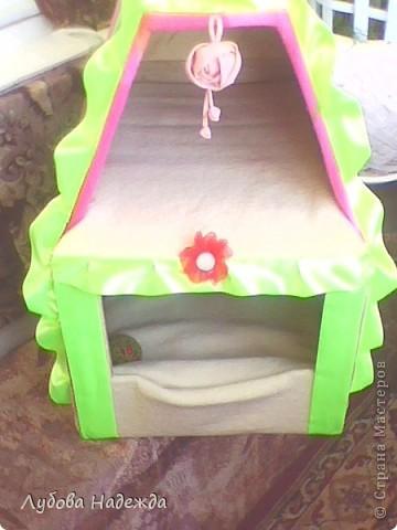 Деревянные ящики,соединить между собой,крышу тоже смастерить из ящика или простой рейки,внутри обшить поролон войлоком или тканью,бархатом с помощью мебельного степлера,снаружи тоже любой тканью,покроям атласная лента. фото 1