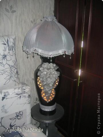 Чтобы абажур держался на вазе,я сделала спираль из проволоки,вставила её в горловину вазы, фото 2