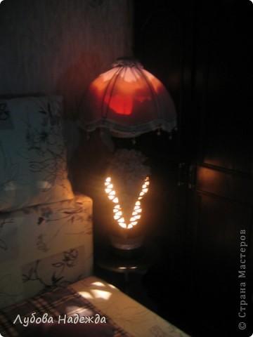 Чтобы абажур держался на вазе,я сделала спираль из проволоки,вставила её в горловину вазы, фото 3
